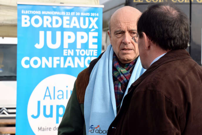 Alain Juppé, maire de Bordeaux et candidat à sa réélection, en campagne le 17 novembre au marché Chartrons.