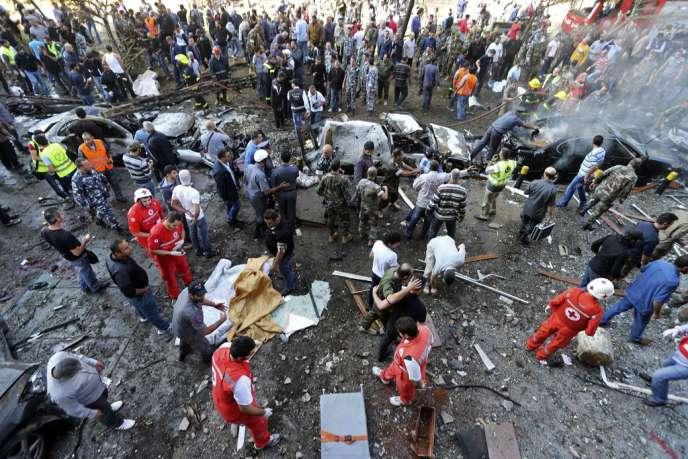 Des secouristes sur les lieux de l'explosion devant l'ambassade d'Iran, le 19 novembre, à Beyrouth.