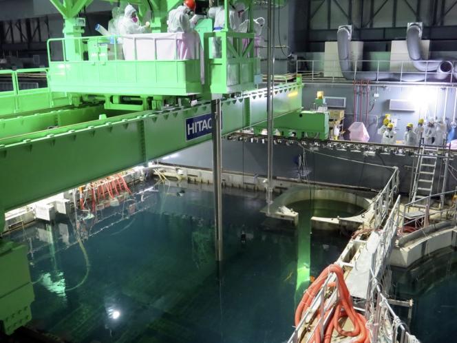 Des employés de Tepco travaillent au-dessus de la piscine du 4e réacteur, le 18 novembre.