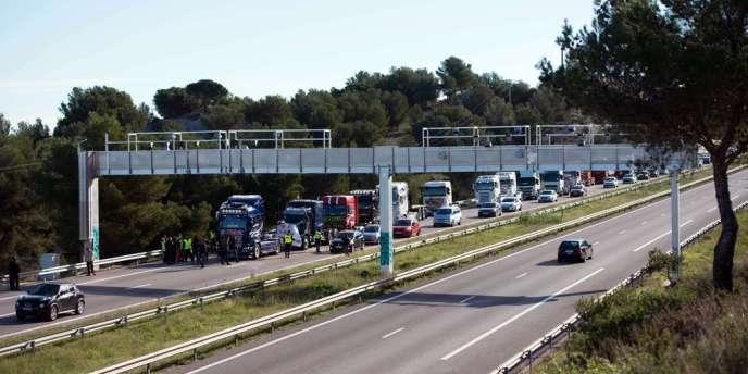 Manifestation contre l'écotaxe, le 9 novembre, sur l'A55, à proximité de Châteauneuf-les-Martigues, dans les Bouches-du-Rhône.