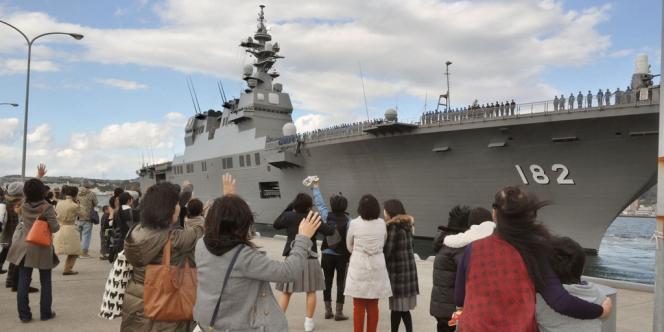 Le destroyer porte-hélicoptères, l'ISE, le plus grand navire de guerre japonais, quitte la base de Kure au Japon, le 18 novembre 2013, pour rallier les Philippines dévastées par le typhon Haiyan.
