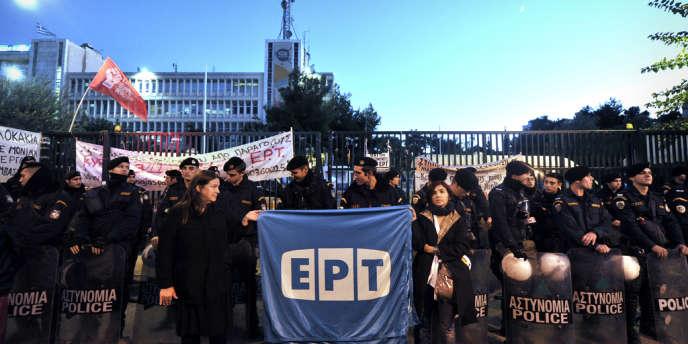 Manifestation de salariés devant le siège d'ERT à Athènes, le 7 novembre, jour de l'évacuation des bâtiments par les forces de l'ordre.