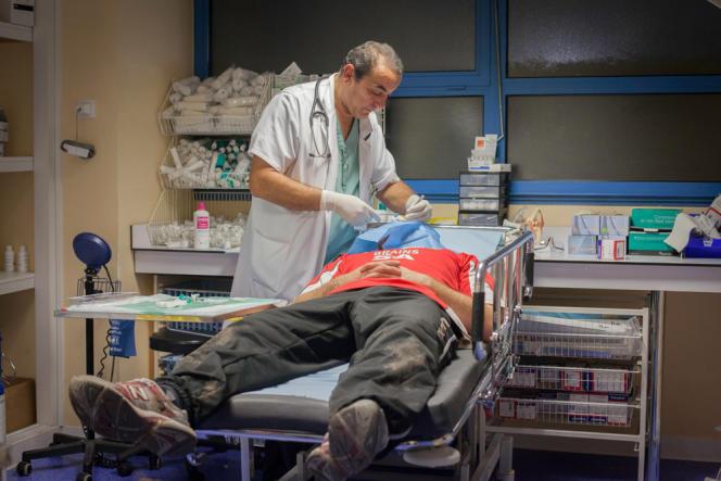 Suture d'une plaie de l'arcade sourcilière par Amar Amrane, qui dirige le service des urgences, suite à une blessure lors d'un entraînement de rugby.