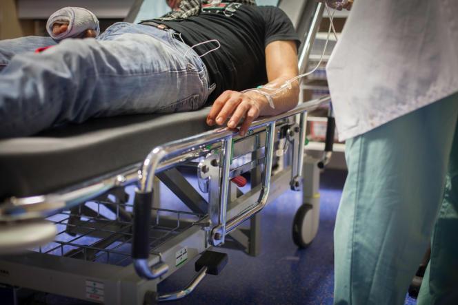 L'homme, un sans-papiers, est arrivé aux urgences le doigt arraché. Il faut lui trouver un hôpital spécialisé dans la chirurgie de la main.