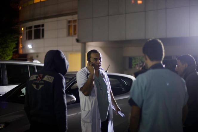 Amar Amrane au téléphone avec la famille du patient sans-papiers d'origine égyptienne. L'ambulance qui le transportera à Saint-Quentin (Aisne) doit être payé comptant.