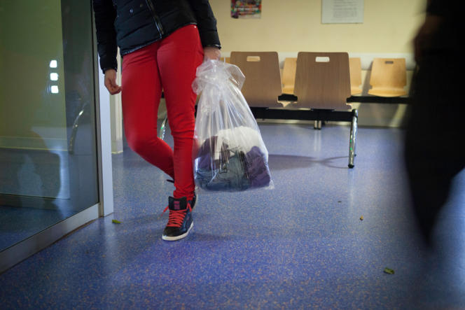 L'accompagnatrice du patient a récupéré ses habits avant son départ au bloc opératoire.