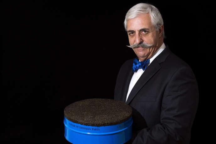 Le dirigeant de l'épicerie fine parisienne Petrossian présente une boite contenant dix kilos de caviar, le 18 novembre. Baptisée
