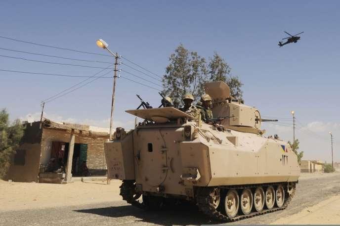 Un blindé de l'armée égyptienne lors d'une opération dans le nord du Sinaï, au mois de mai 2013.
