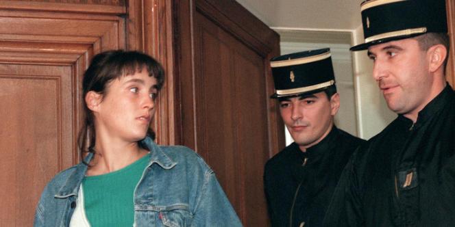 Florence Rey, accusée de quatre meurtres et douze tentatives de meurtre lors de la cavale du 4 octobre 1994 à Paris, arrive devant la Cour d'Assises de Paris au palais de justice, à l'ouverture de son procès, le 17 septembre 1998.