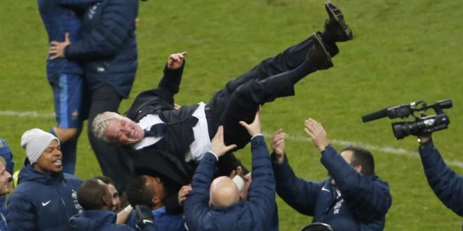 Didier Deschamps porté en triomphe après la victoire des Bleus sur l'Ukraine le 19 novembre au Stade de France.