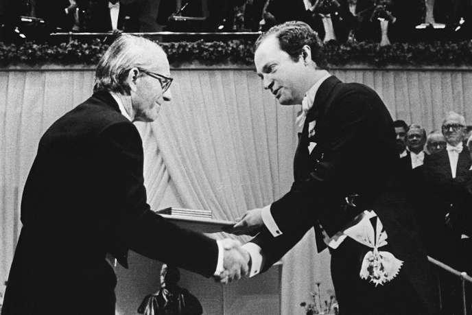 Le double Prix Nobel de chimie Frederick Sanger (à gauche), à Stockholm (Suède), en 1980.