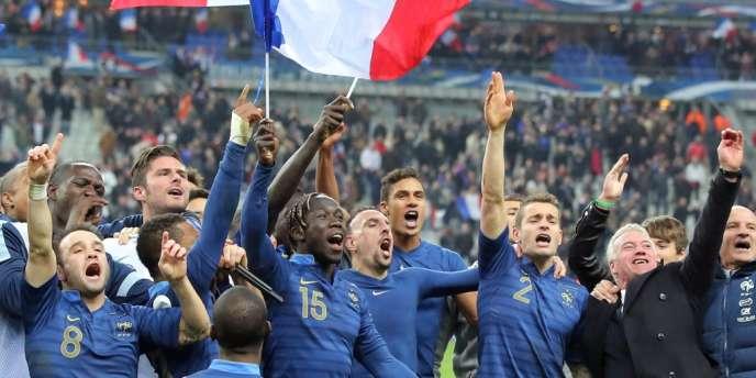 L'équipe de France et son sélectionneur Didier Deschamps célèbrent leur victoire contre l'Ukraine le 19 novembre au Stade de France.