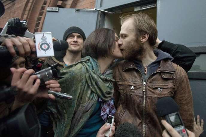 Alina Zhiganova et Denis Sinyakov, après que ce dernier a été relâché, devant la prison de Saint-Pétersbourg, le 21 novembre.