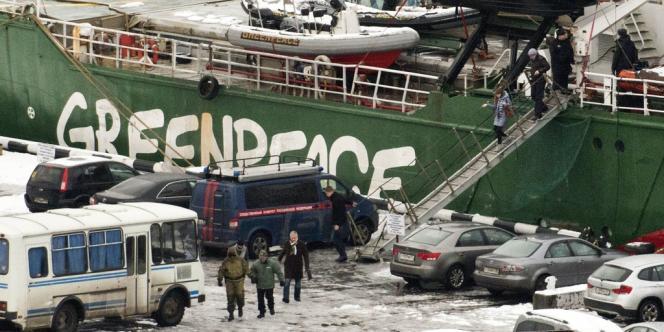 Les membres de l'équipage libéré sous caution, dépourvus de visa de séjour en Russie, se retrouvent en situation irrégulière, et donc bloqués en Russie.