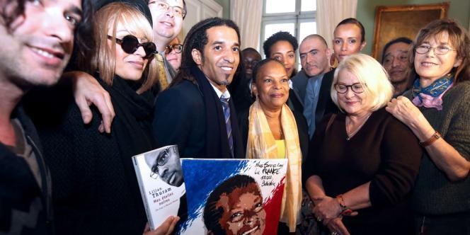 Une vingtaine de personnalités ont remis à la ministre de la justice, Christiane Taubira, une pétition de soutien après les attaques racistes dont elle a été la cible.
