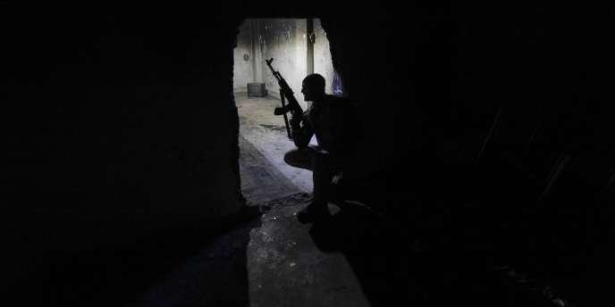 Combattants syriens dans une maison de Deir Ezor, dans l'est de la Syrie, le 19 novembre 2013.