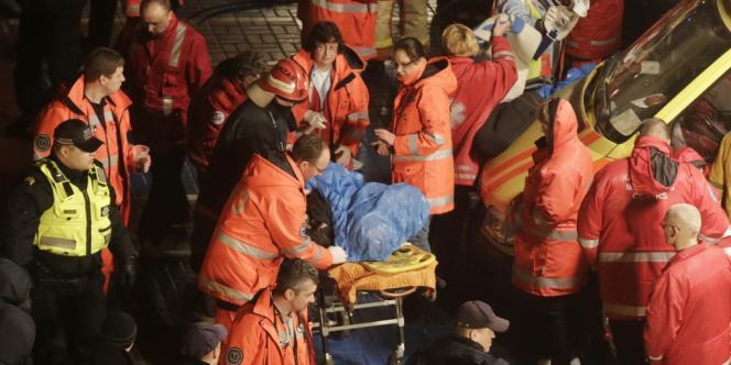 Opérations de secours à proximité du supermarché dont le toit s'est effondré à Riga, jeudi 21 novembre.