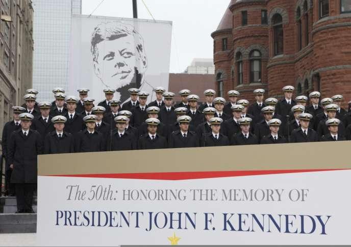 Des membres de l'académie de la Navy, rassemblés à Dealey Plaza, à Dallas, où JFK a été assassiné il y a tout juste cinquante ans.