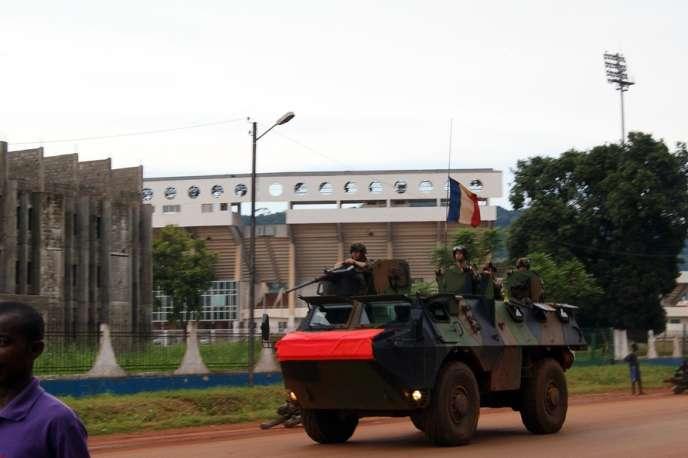 Des soldats français patrouillent dans une rue de Bangui, le 23 octobre.
