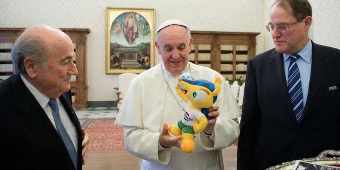 Le président de la FIFA Sepp Blatter (à gauche), avait présenté la mascotte de la Coupe du monde 2014 au pape François, au cours d'une audience privée à Rome, en novembre.