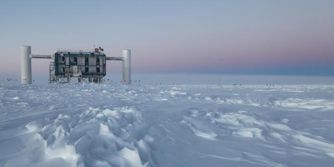 Le laboratoire IceCube situé dans le station Amundsen-Scott au pôle sud est le plus grand détecteur de neutrinos du monde.