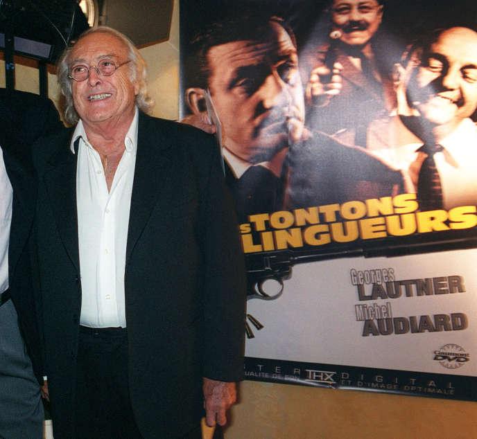 Georges Lautner devant une affiche des