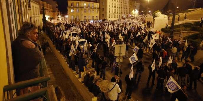 Plusieurs milliers de policiers, gendarmes et autres fonctionnaires des forces de sécurité en civil ont participé à une manifestation devant le Parlement, le 21 novembre.