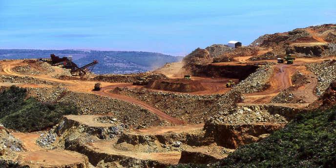 Une mine de de nickel à ciel ouvert en Nouvelle-Calédonie. Les principaux métallurgistes japonais, Sumitomo, Pacific Metal et Nippon Yakin Kogyo ont décidé de sécuriser leurs approvisionnements en se tournant vers les Philippines et la Nouvelle-Calédonie.