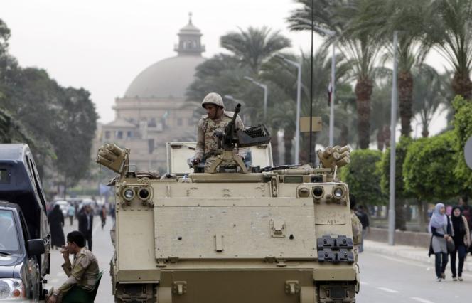 Un militaire devant l'université du Caire, le 24 novembre.
