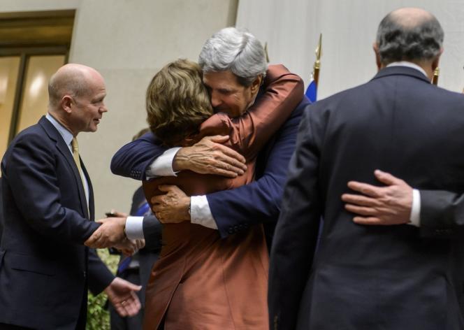 La chef de la diplomatie européenne Catherine Ashton et le secrétaire d'Etat américain John Kerry se félicitent après la conclusion d'un accord entre les puissances internationales et l'Iran.