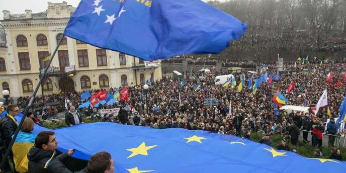 Des milliers de manifestants pro-Europe à Kiev, dimanche 24 novembre.