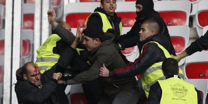 Plusieurs personnes ont été blessées lors d'affrontements en marge du match Nice-Saint-Etienne comptant pour la 14e journée de Ligue 1, le 24 novembre.