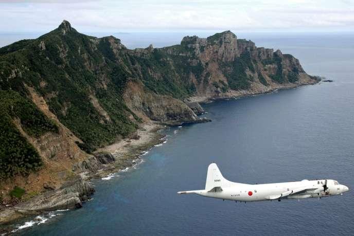 Un avion de la défense japonaise survole les îlots Senkaku/Diaoyu, en octobre 2011.