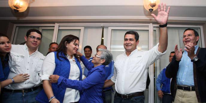 Juan Orlando Hernandez, candidat du parti de droite au pouvoir, fête sa victoire à Tegucigalpa, capitale du Honduras, le 24 novembre.