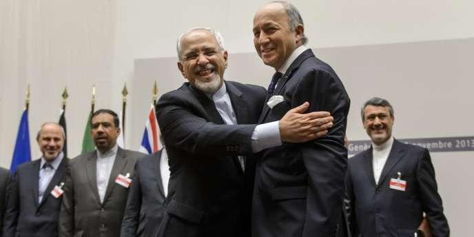 Les ministres des affaires étrangères iranien et français, Mohammad Javad Zarif et Laurent Fabius, après l'annonce de l'accord sur le nucléaire iranien à Genève, le 24 novembre 2013.