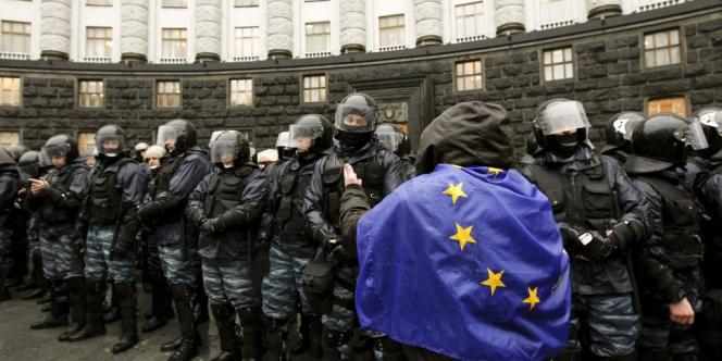 Un manifestant en faveur de l'intégration de l'Ukraine à l'Union européenne, devant le siège du gouvernement à Kiev, lundi 25 novembre.