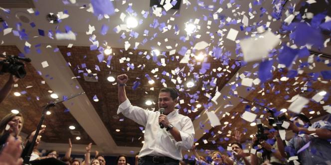 Juan Hernandez, le candidat du Parti national (droite), devant ses partisans le 24 novembre à Tegucigalpa.