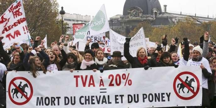 Dimanche 24 novembre, manifestation de propriétaires de chevaux contre le relèvement de la taxe sur les activités équestres à 20 %.