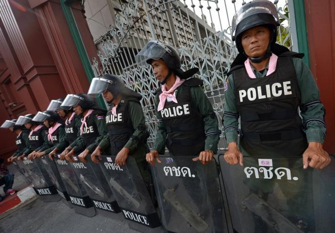 La police s'est déployée devant le Parlement, à Bangkok, mardi 26 novembre.