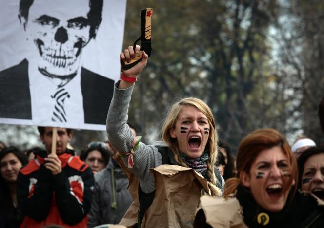 Des manifestants brandissent une caricature de Plamen Orecharski, le premier ministre bulgare, le 20 novembre à Sofia.