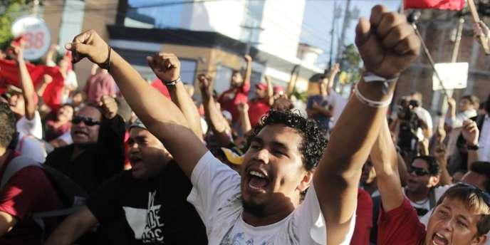 Des partisans du candidat à la présidentielle Xiomara Castro protestent contre les résultats des élections, le 25 novembre à Tegucigalpa.
