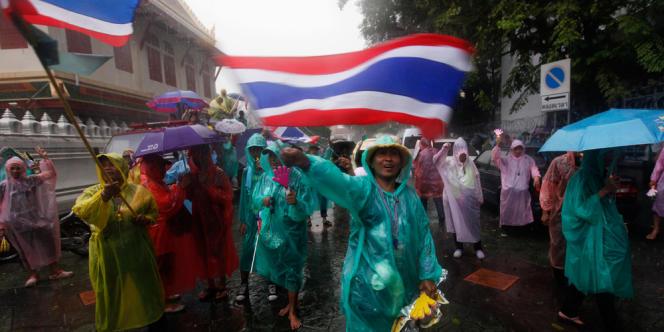 Des manifestants anti-Thaksin dans les rues de Bangkok, mardi 26 novembre.