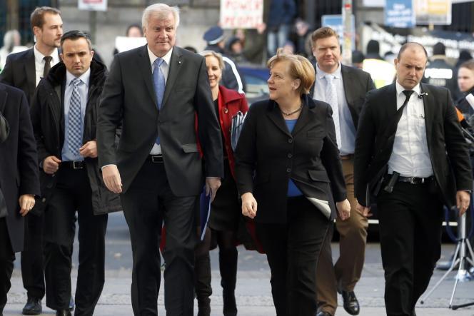 Angela Merkel se rend à une réunion de négociations avec les dirigeants SPD, accompagnée par Horst Seehofer, président de la CSU (à gauche), mardi 26 novembre, à Berlin.
