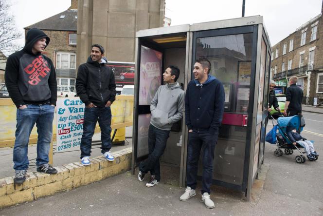 Des jeunes chômeurs immigrés de Pologne et de Slovaquie, en avril, à Cliftonville, dans le sud-est de l'Angleterre.