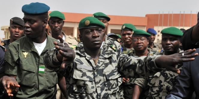 Amadou Sanogo (au centre) à l'aéroport de Bamako, le 29 mars 2013.