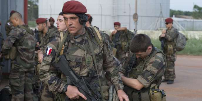 Des soldats français arrivent à l'aéroport de Bangui, en République centrafricaine, en mars.