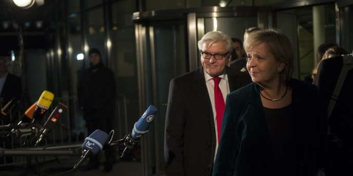 Hannelore Kraft, ministre-présidente de la Rhénanie-du-Nord-Westphalie, et Frank-Walter Steinmeier, qui préside le groupe du SPD au Bundestag, quittent le siège de leur parti, à Berlin,  mercredi matin, après qu'un accord a été trouvé entre les sociaux-démocrates et la chancelière Angela Merkel.