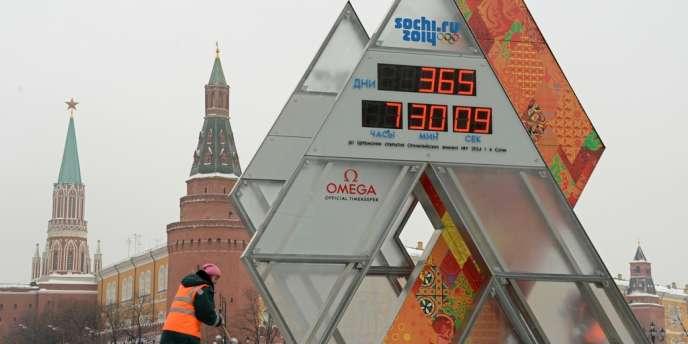 Devant l'horloge faisant le décompte avant le début des Jeux olympiques de Sotchi, à Moscou, le 7 février 2013.