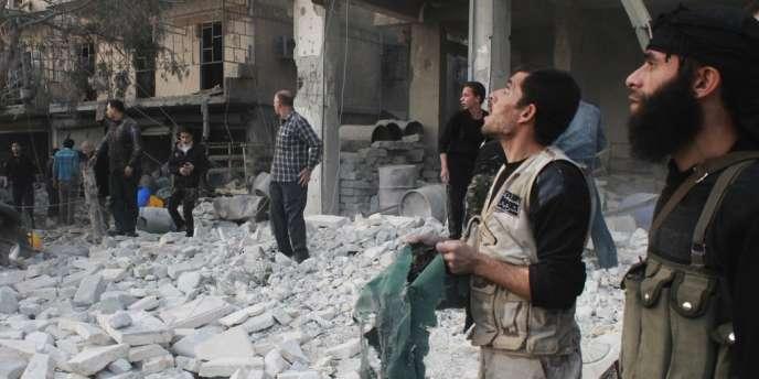 Après un bombardement des forces gouvernementales à Alep, le 28 novembre.