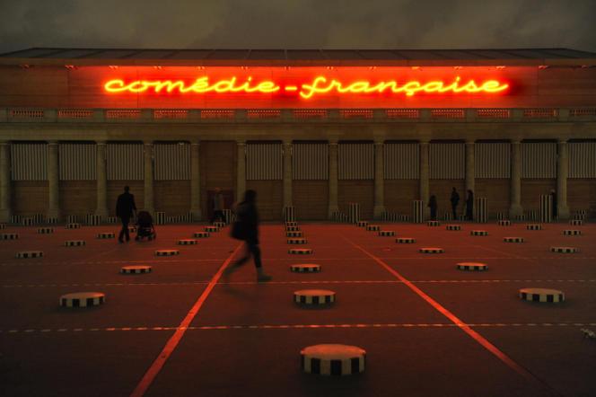 La structure temporaire du Théâtre de la Comédie-Française, devant les colonnes de Buren, Palais Royal à Paris (1er).